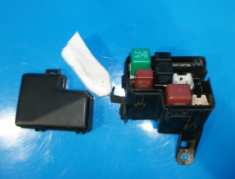 DSCF4371 98 05 lexus gs300 oem under hood fuse box with fuses relays and Under Hood Fuse Box Diagram at crackthecode.co