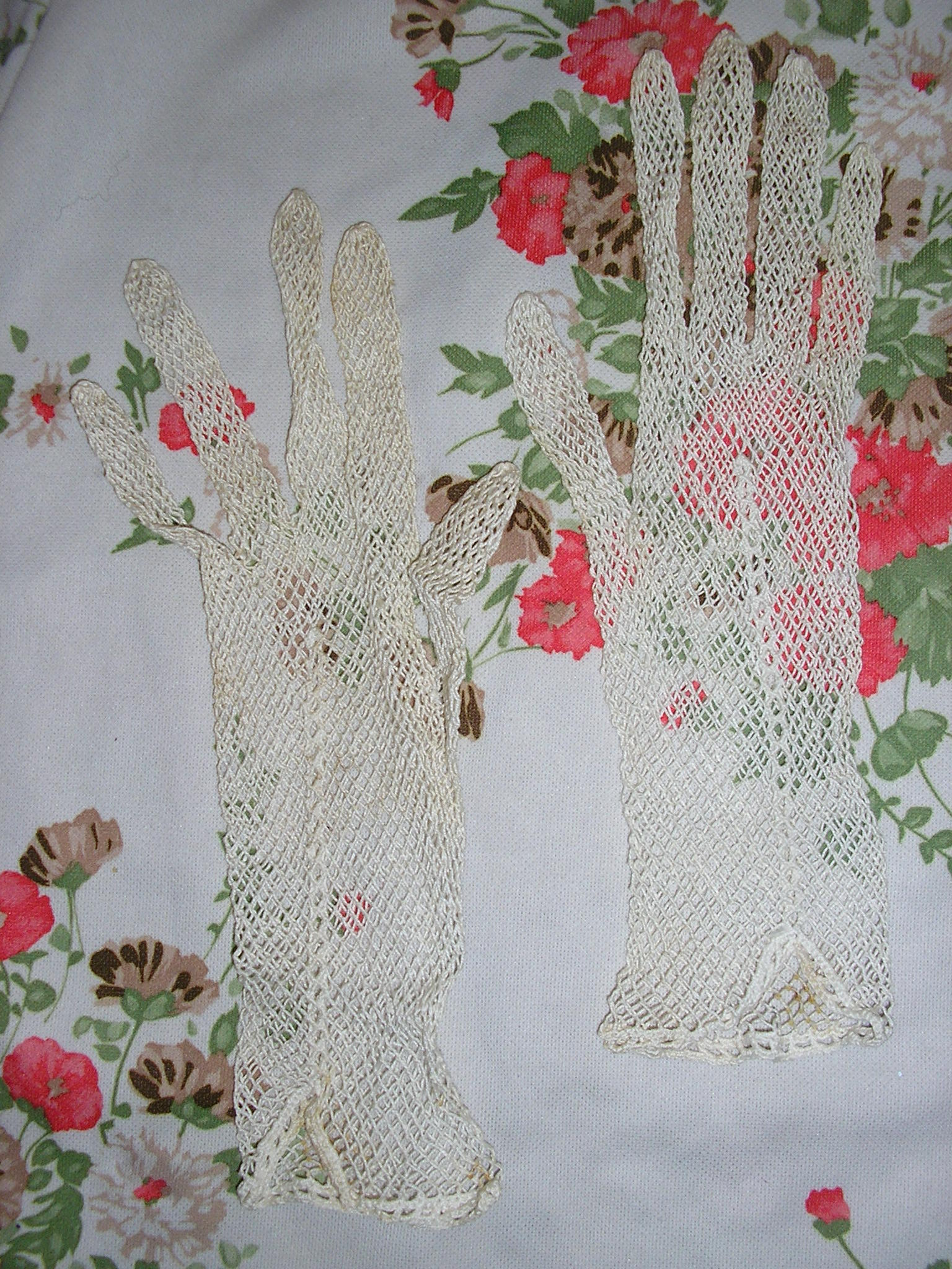 1940s cream crochet fishnet chain link lace gloves
