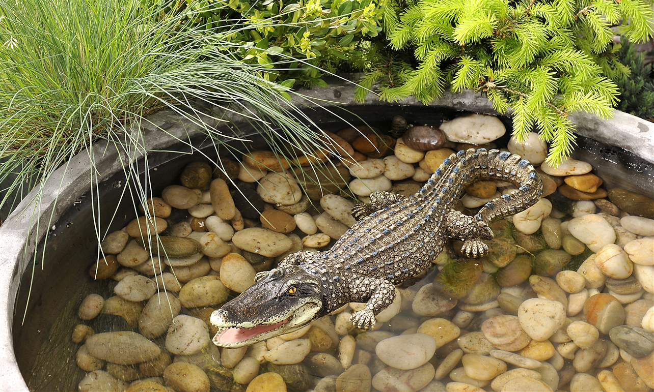 Outdoor floating alligator pond statue d cor water garden for Alligator yard decoration
