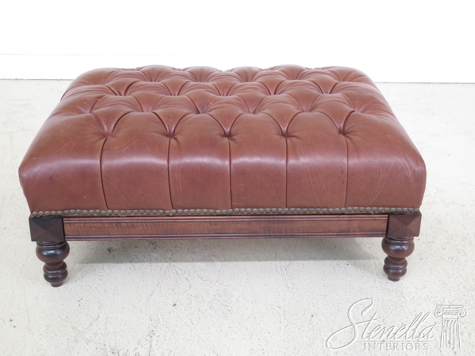 25659EC: Tufted Leather Ottoman Coffee Table W. Pull Out
