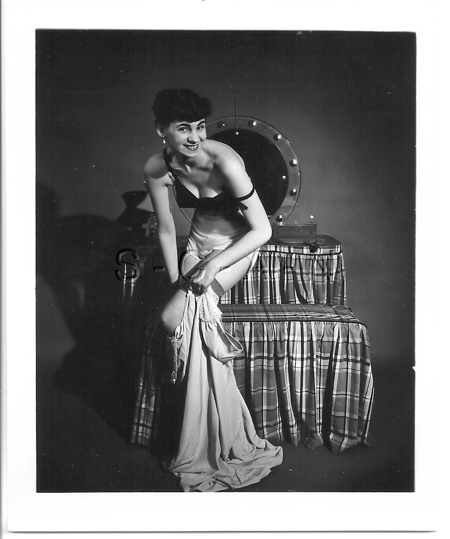 ORIGINAL VINTAGE 1940S-50S Nude RP- Well Endowed Woman
