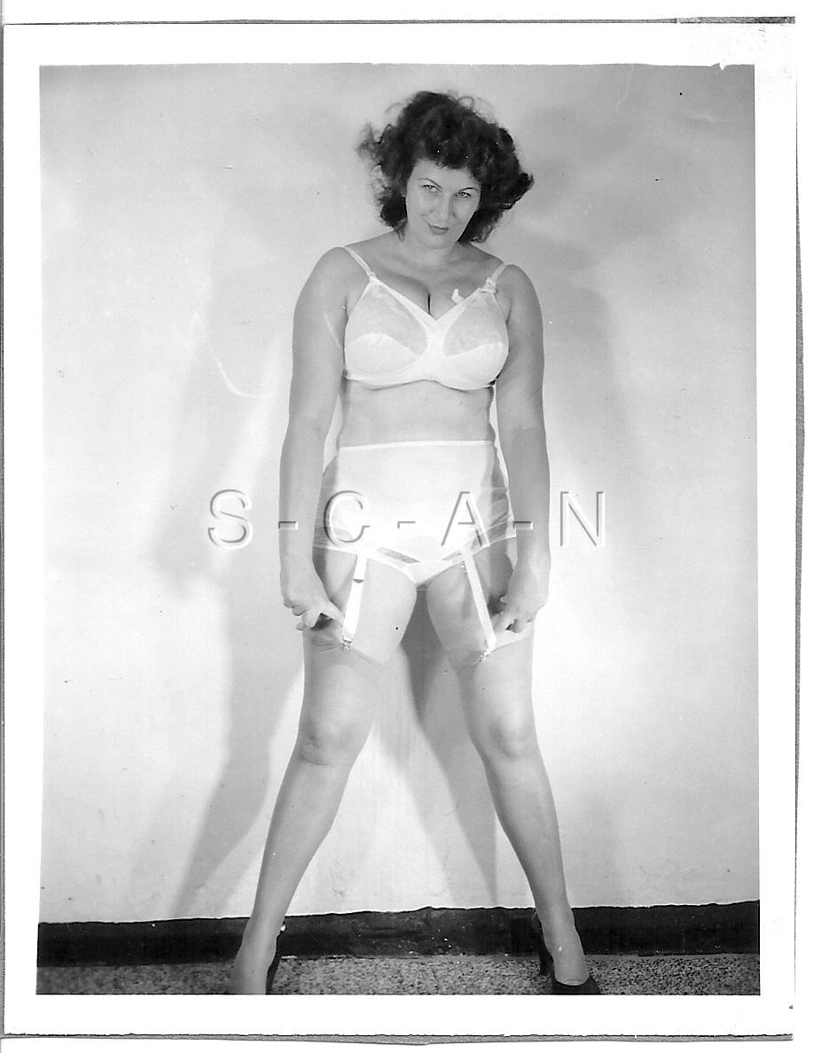 Détails   Org Vintage 40s-60s Semi Nude RP- Super Endowed- Stockings-  Panties- Bullet Bra c51d8d20c