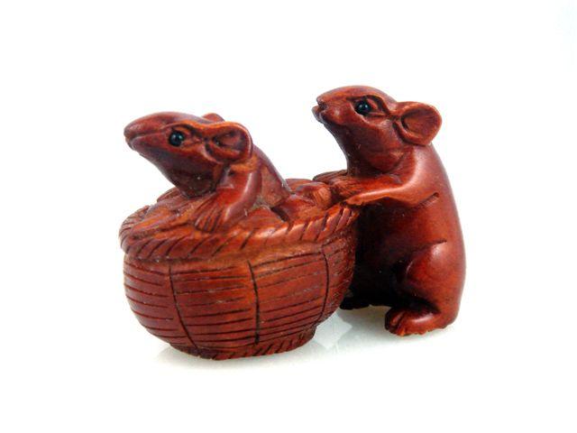 Boxwood hand carved netsuke sculpture miniature mouse push