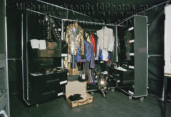 MICHAEL JACKSON HISTORY STAGE OUTFITS (2) RARE 8x10 PHOTOS