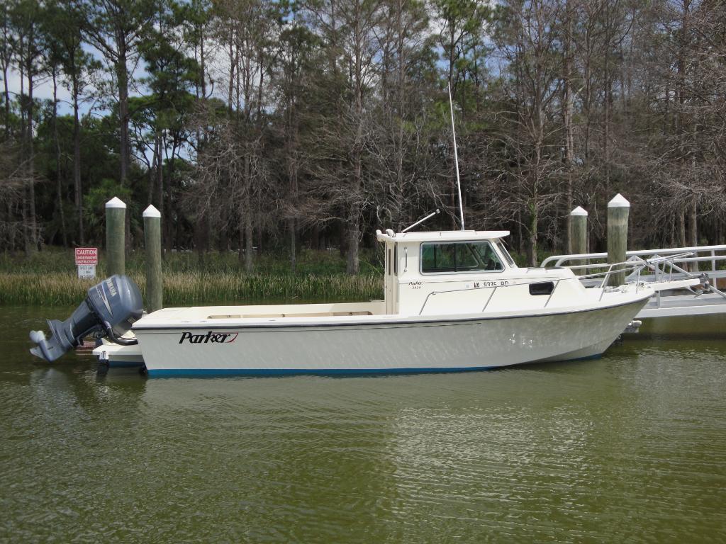 Wholesaleingfla parker 2520 pilot house walk cuddy for Pilot house fishing boats